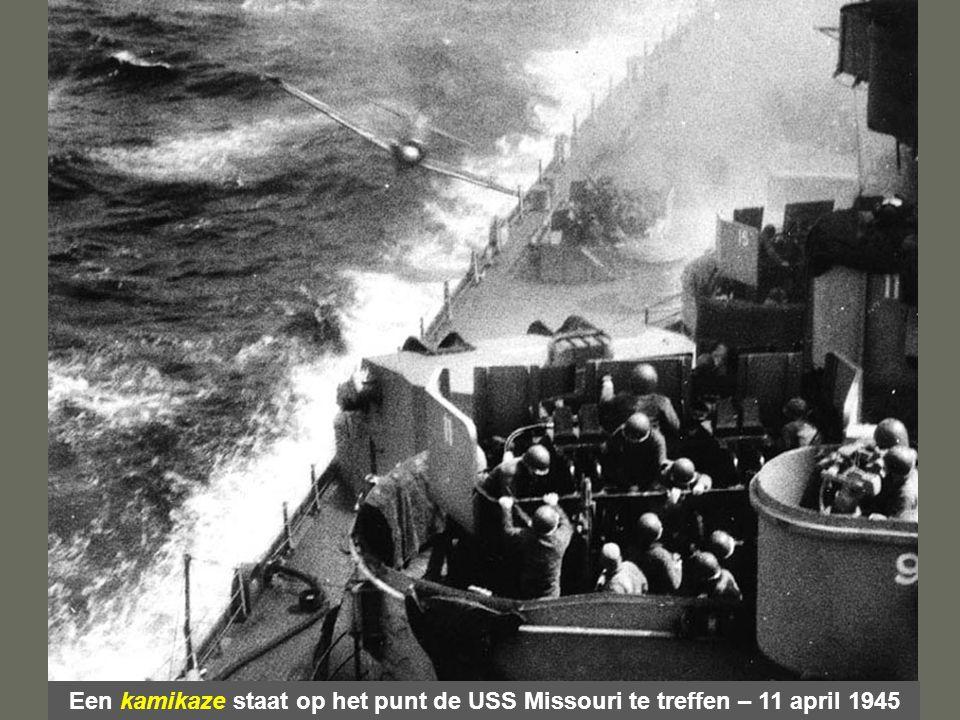 Een kamikaze staat op het punt de USS Missouri te treffen – 11 april 1945