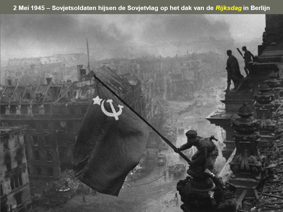 2 Mei 1945 – Sovjetsoldaten hijsen de Sovjetvlag op het dak van de Rijksdag in Berlijn
