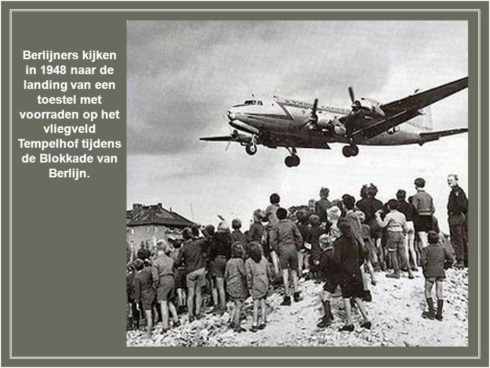 Berlijners kijken in 1948 naar de landing van een toestel met voorraden op het vliegveld Tempelhof tijdens de Blokkade van Berlijn.