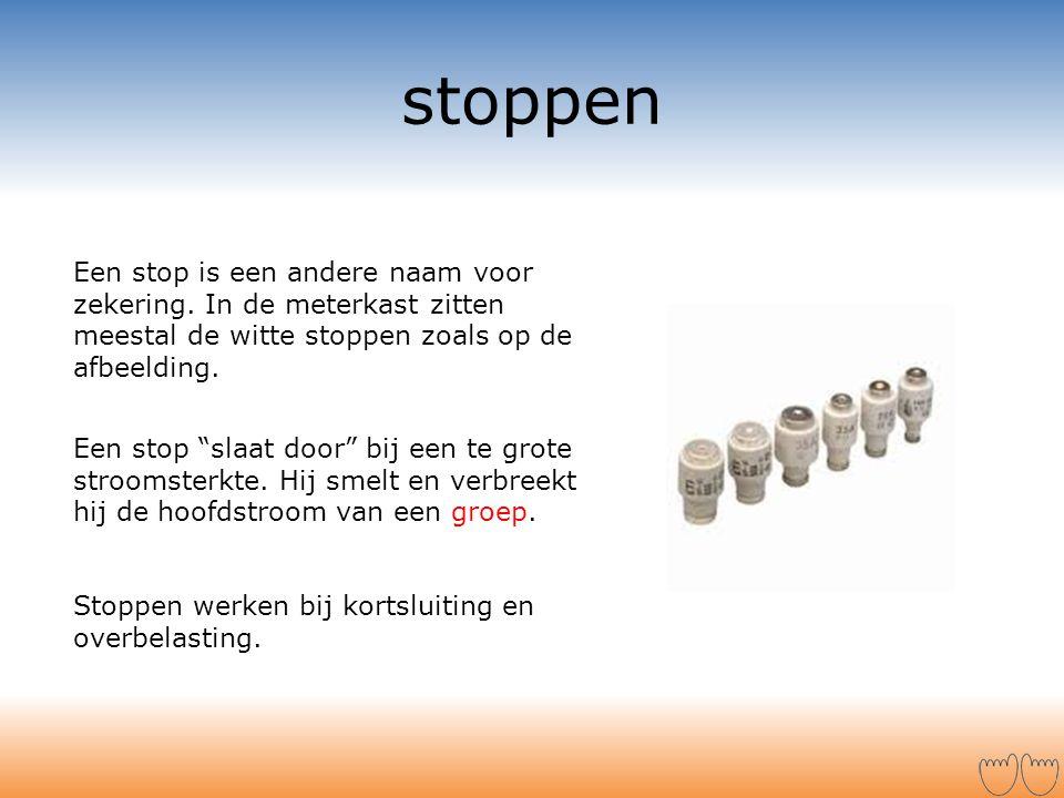 stoppen Een stop is een andere naam voor zekering. In de meterkast zitten meestal de witte stoppen zoals op de afbeelding.