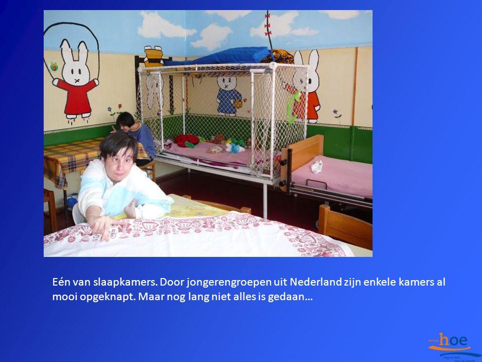 Eén van slaapkamers. Door jongerengroepen uit Nederland zijn enkele kamers al mooi opgeknapt.