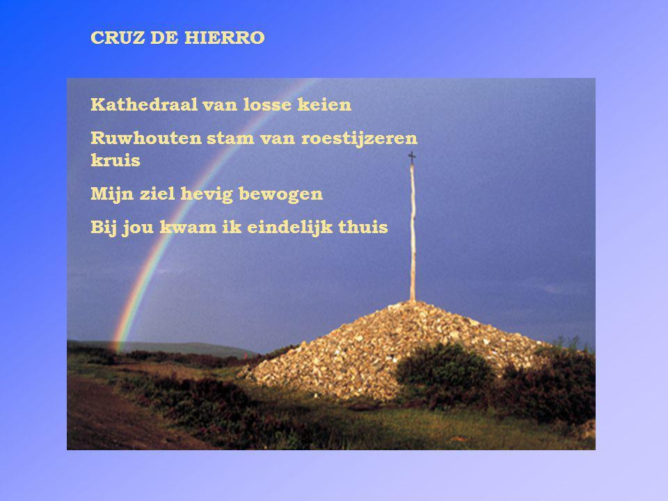 CRUZ DE HIERRO Kathedraal van losse keien. Ruwhouten stam van roestijzeren kruis. Mijn ziel hevig bewogen.