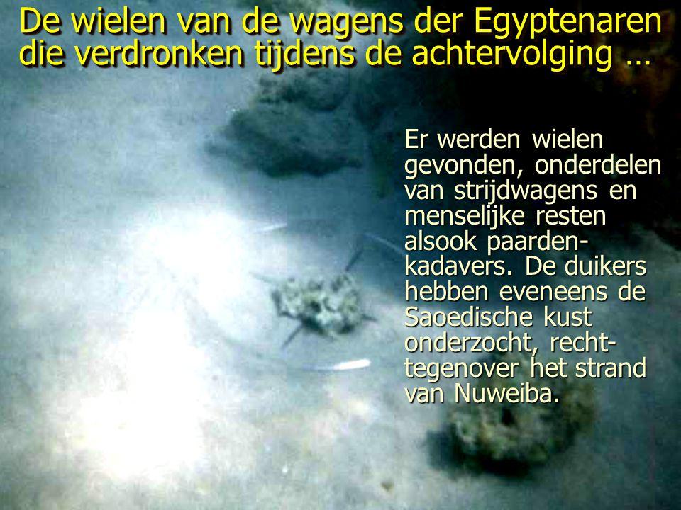 De wielen van de wagens der Egyptenaren die verdronken tijdens de achtervolging …