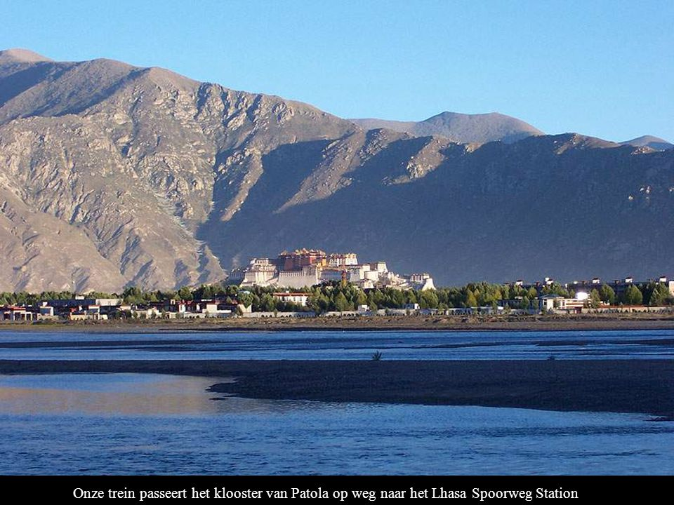 Onze trein passeert het klooster van Patola op weg naar het Lhasa Spoorweg Station