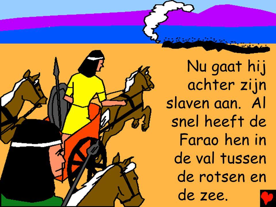 Nu gaat hij achter zijn. slaven aan. Al. snel heeft de Farao hen in. de val tussen. de rotsen en.