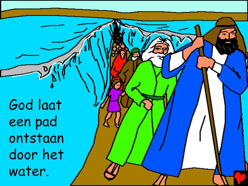 God laat een pad ontstaan door het water.