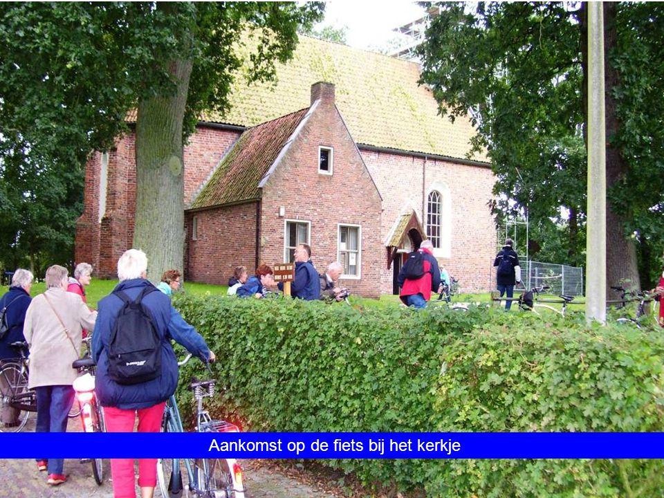 Aankomst op de fiets bij het kerkje