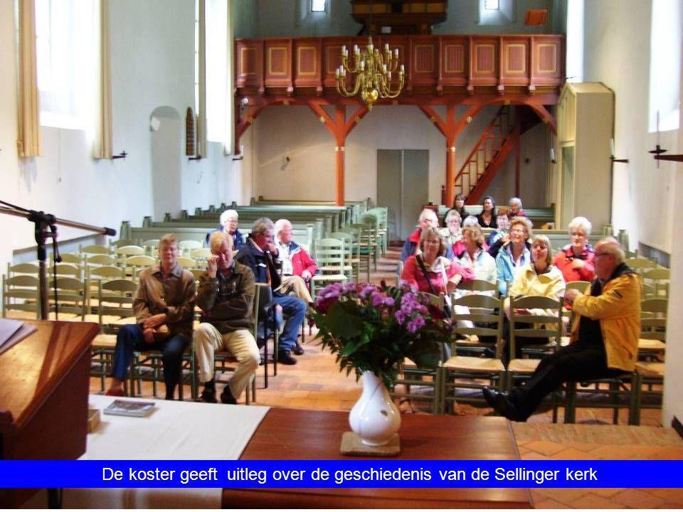 De koster geeft uitleg over de geschiedenis van de Sellinger kerk