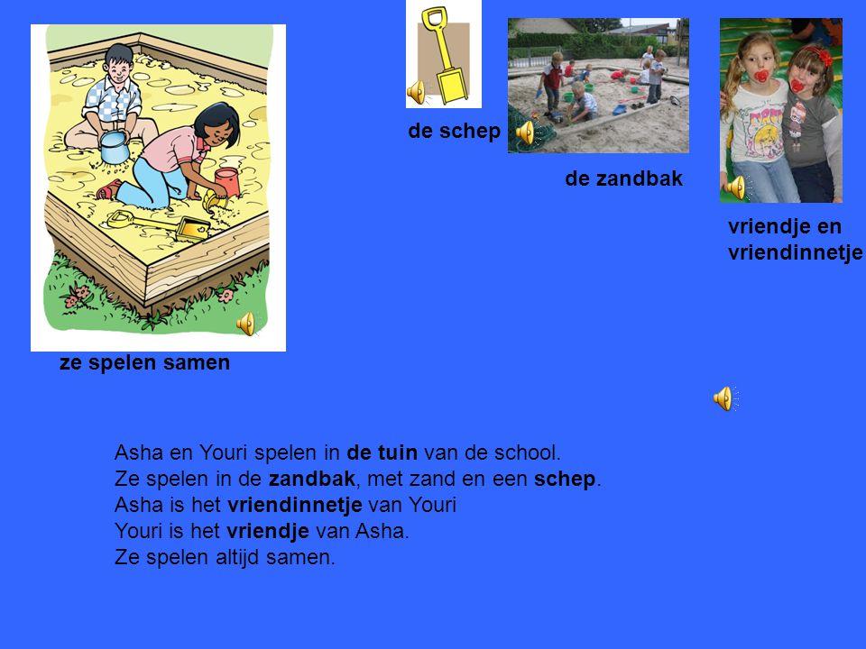 de schep de zandbak. vriendje en. vriendinnetje. ze spelen samen. Asha en Youri spelen in de tuin van de school.