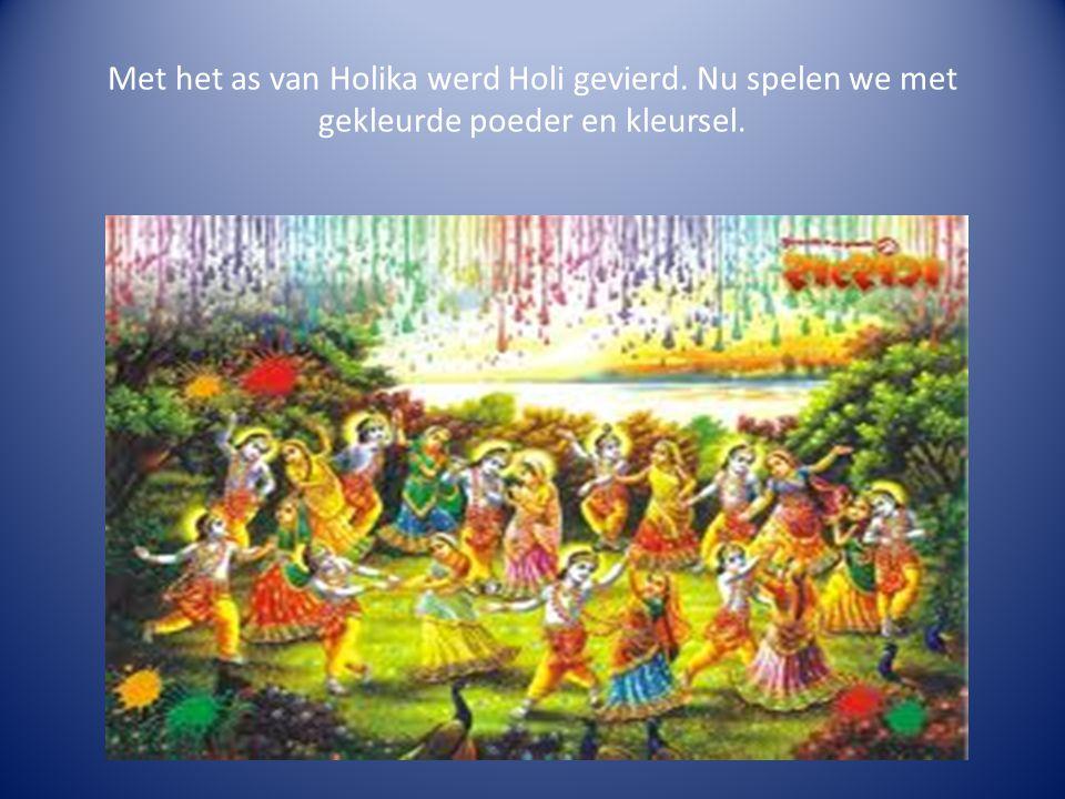 Met het as van Holika werd Holi gevierd