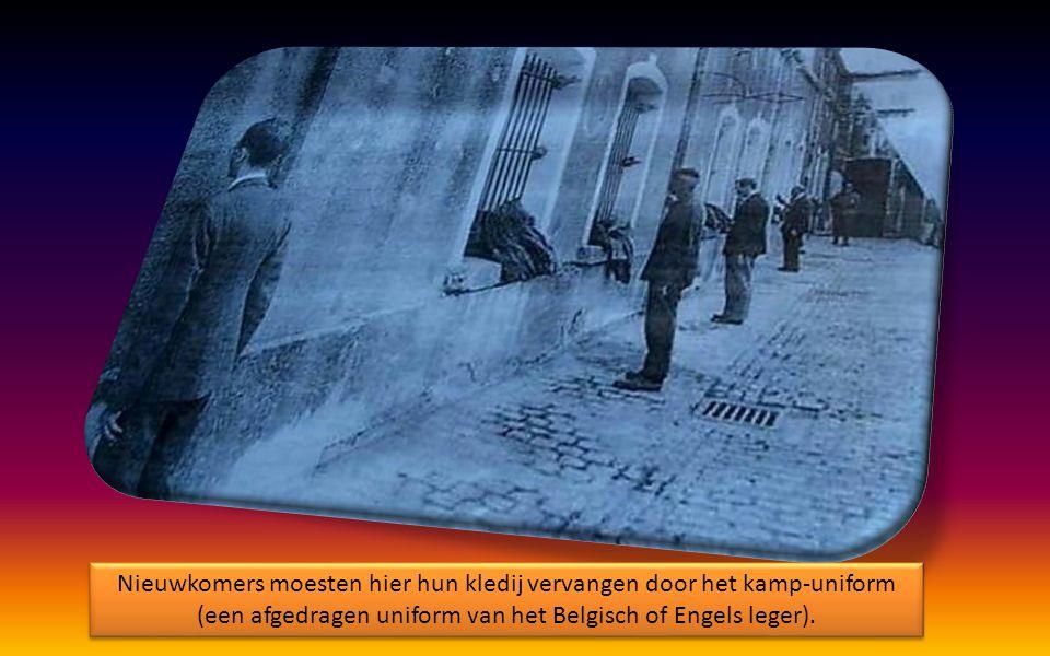 Nieuwkomers moesten hier hun kledij vervangen door het kamp-uniform (een afgedragen uniform van het Belgisch of Engels leger).