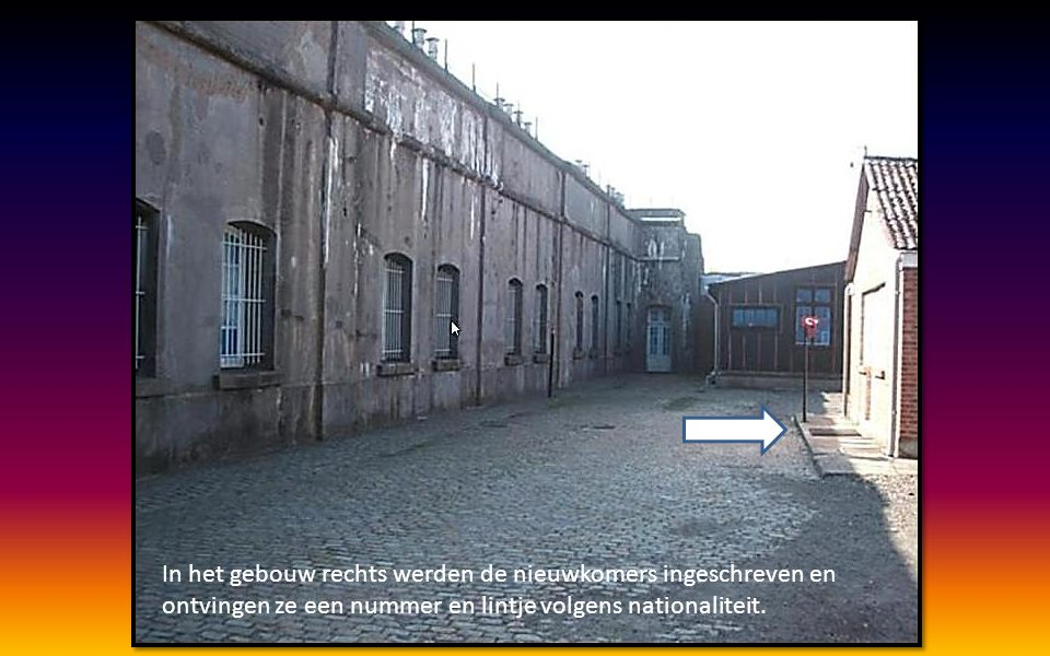 In het gebouw rechts werden de nieuwkomers ingeschreven en ontvingen ze een nummer en lintje volgens nationaliteit.