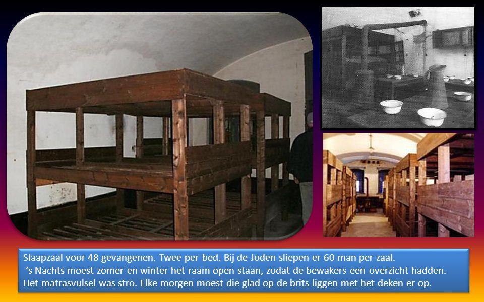 Slaapzaal voor 48 gevangenen. Twee per bed