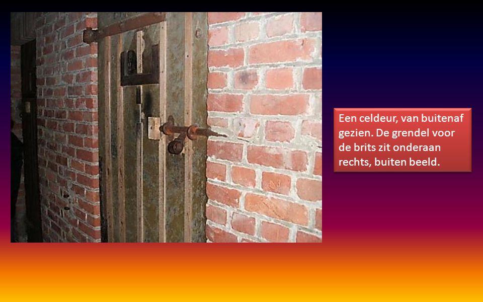 Een celdeur, van buitenaf gezien