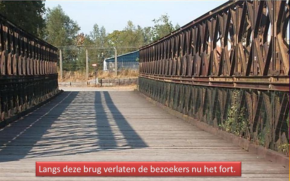 Langs deze brug verlaten de bezoekers nu het fort.