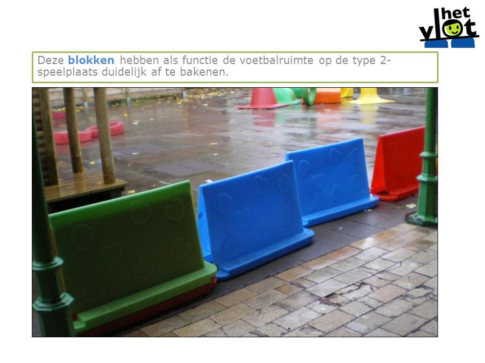 Deze blokken hebben als functie de voetbalruimte op de type 2-speelplaats duidelijk af te bakenen.