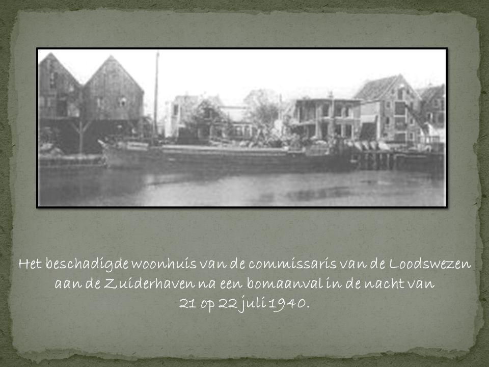 Het beschadigde woonhuis van de commissaris van de Loodswezen aan de Zuiderhaven na een bomaanval in de nacht van