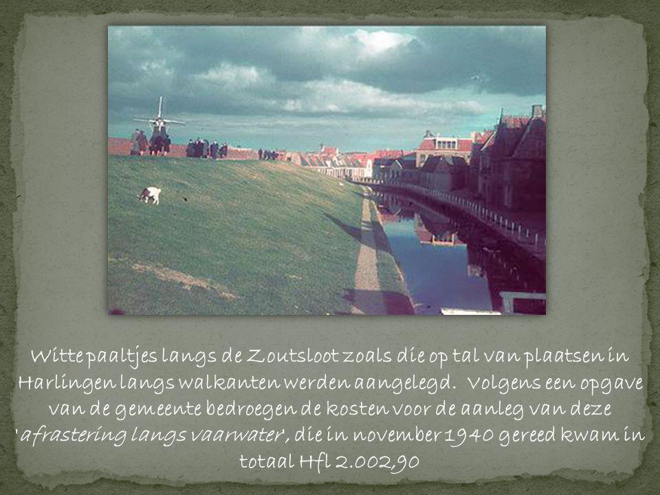Witte paaltjes langs de Zoutsloot zoals die op tal van plaatsen in Harlingen langs walkanten werden aangelegd. Volgens een opgave van de gemeente bedroegen de kosten voor de aanleg van deze afrastering langs vaarwater , die in november 1940 gereed kwam in totaal Hfl 2.002,90