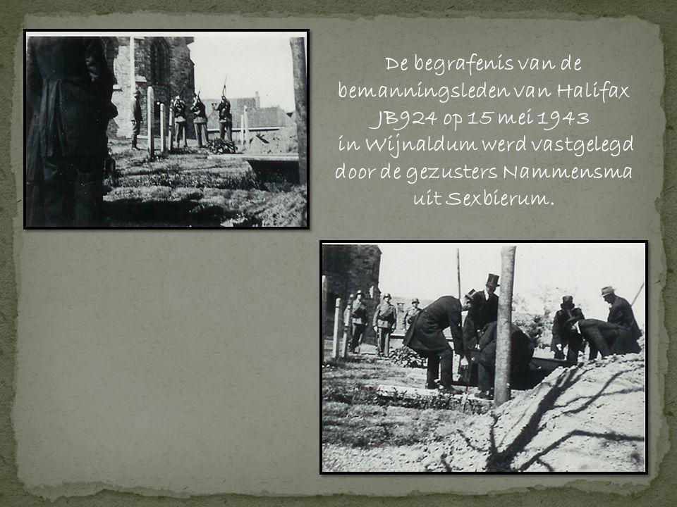 De begrafenis van de bemanningsleden van Halifax JB924 op 15 mei 1943 in Wijnaldum werd vastgelegd door de gezusters Nammensma uit Sexbierum.