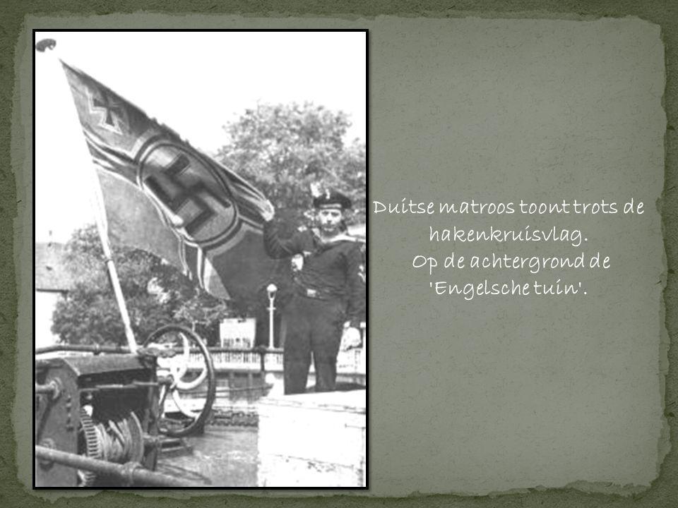 Duitse matroos toont trots de hakenkruisvlag.