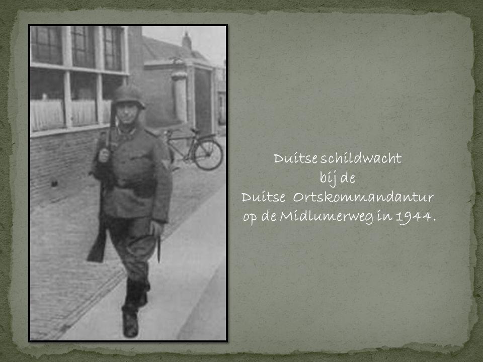 Duitse schildwacht bij de Duitse Ortskommandantur op de Midlumerweg in 1944.