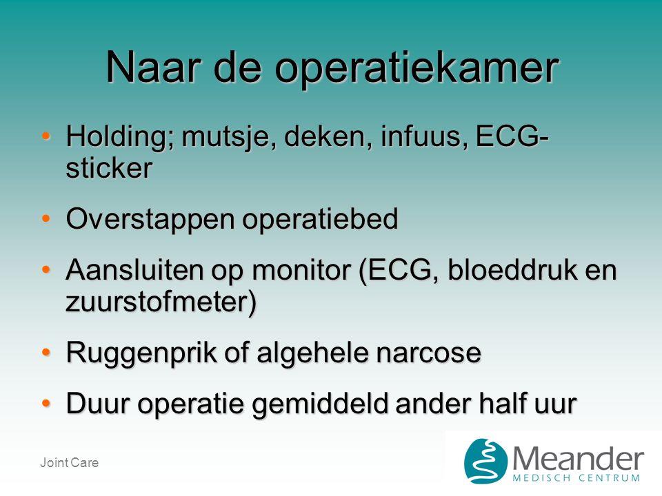 Naar de operatiekamer Holding; mutsje, deken, infuus, ECG-sticker