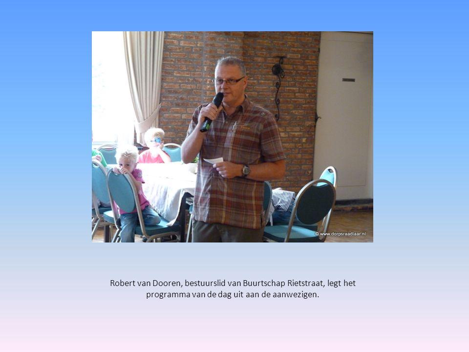 Robert van Dooren, bestuurslid van Buurtschap Rietstraat, legt het programma van de dag uit aan de aanwezigen.