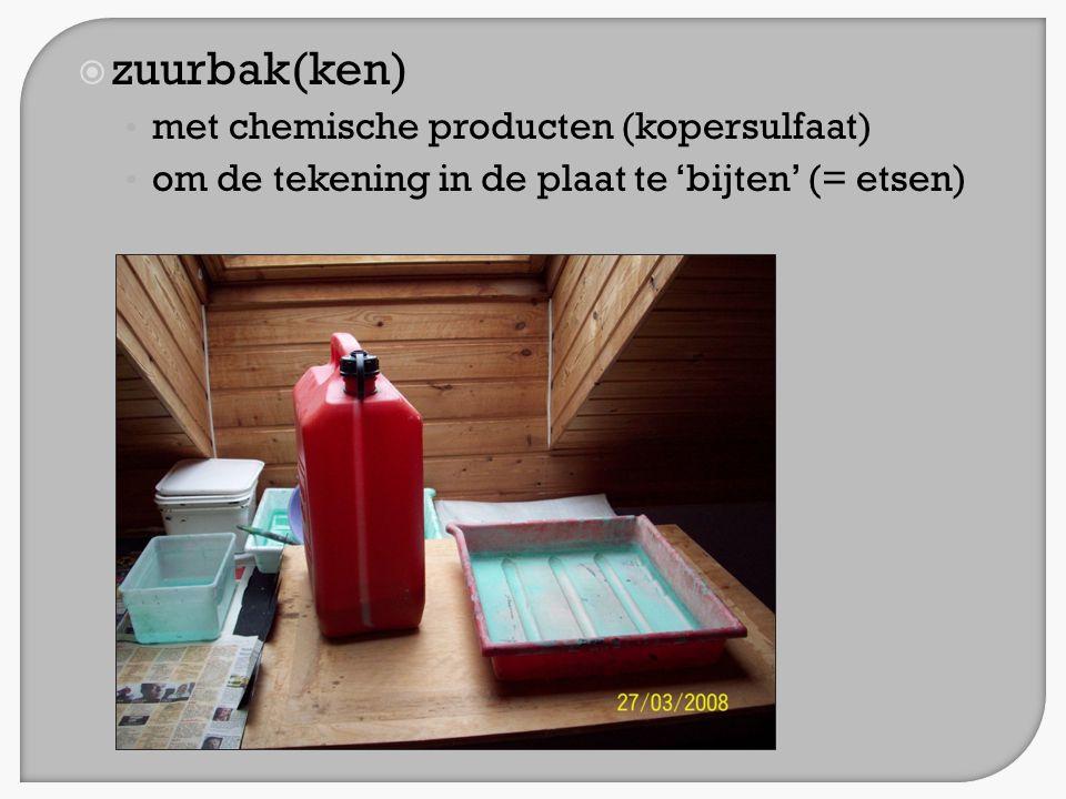 zuurbak(ken) met chemische producten (kopersulfaat)