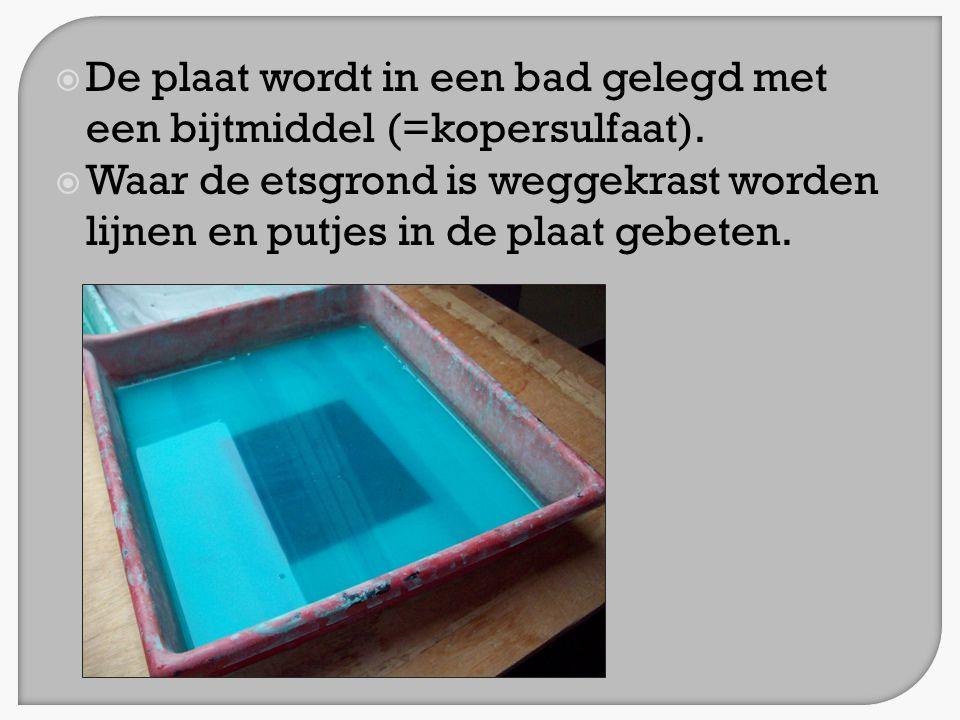 De plaat wordt in een bad gelegd met een bijtmiddel (=kopersulfaat).