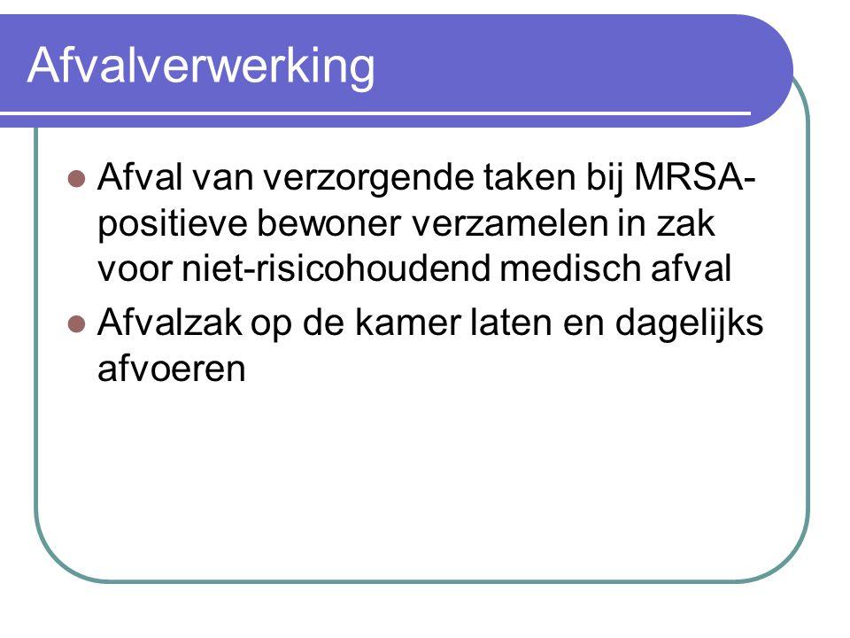 Afvalverwerking Afval van verzorgende taken bij MRSA-positieve bewoner verzamelen in zak voor niet-risicohoudend medisch afval.