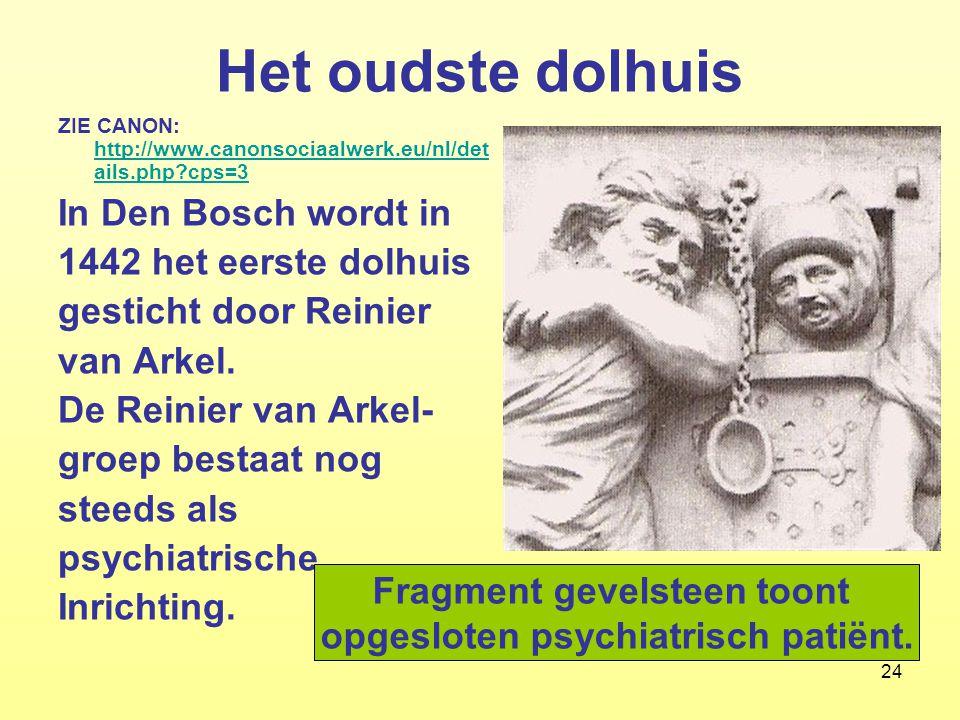 Fragment gevelsteen toont opgesloten psychiatrisch patiënt.