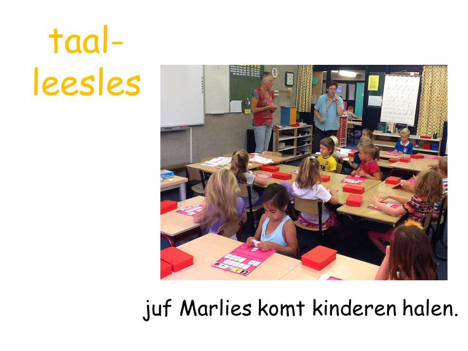 taal-leesles juf Marlies komt kinderen halen.