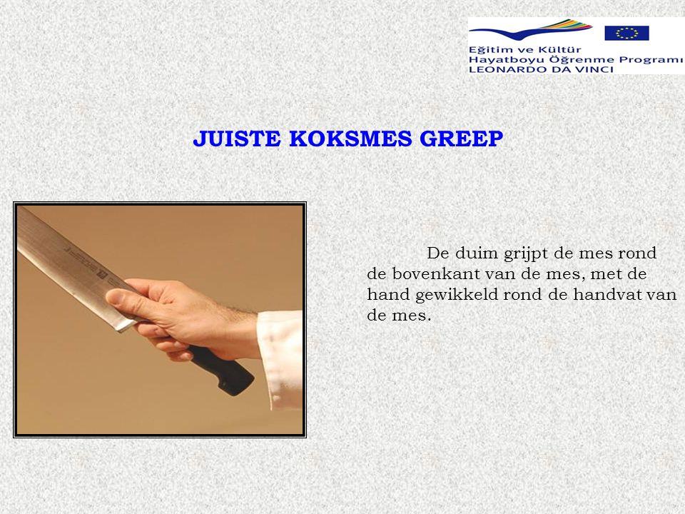 JUISTE KOKSMES GREEP De duim grijpt de mes rond de bovenkant van de mes, met de hand gewikkeld rond de handvat van de mes.