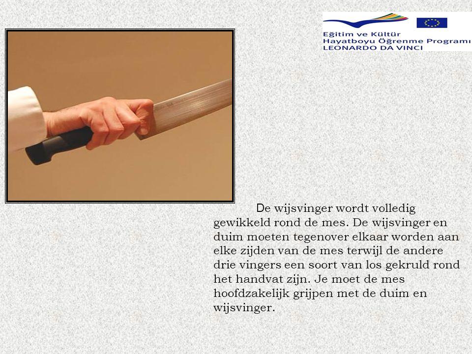 De wijsvinger wordt volledig gewikkeld rond de mes