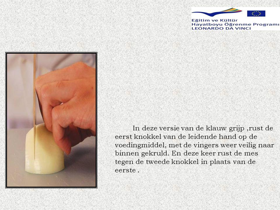 In deze versie van de klauw grijp ,rust de eerst knokkel van de leidende hand op de voedingmiddel, met de vingers weer veilig naar binnen gekruld.