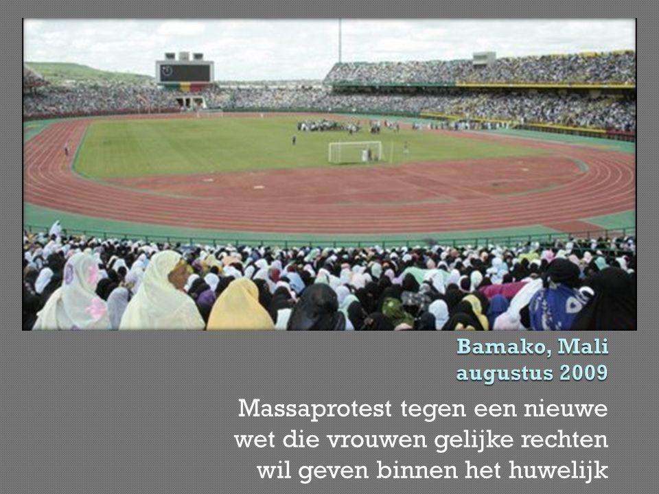 Bamako, Mali augustus 2009 Massaprotest tegen een nieuwe wet die vrouwen gelijke rechten wil geven binnen het huwelijk.
