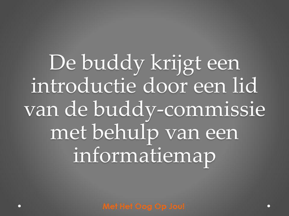 De buddy krijgt een introductie door een lid van de buddy-commissie met behulp van een informatiemap