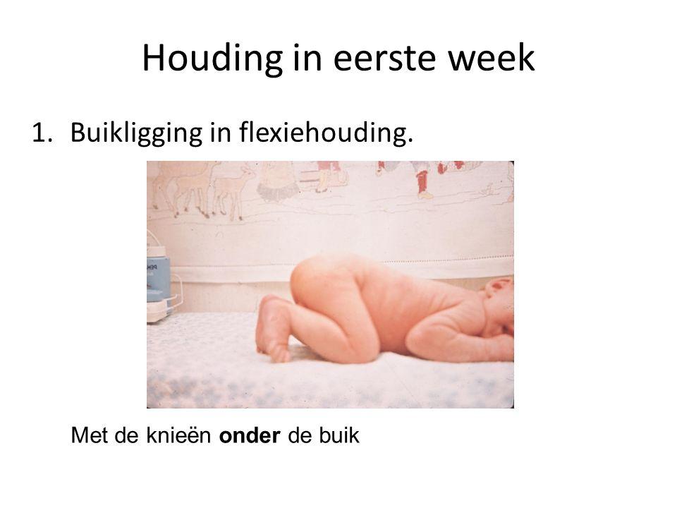 Houding in eerste week 1. Buikligging in flexiehouding.
