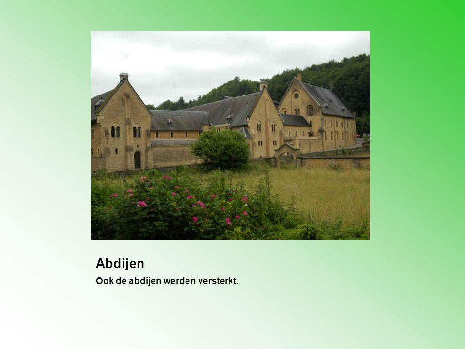 Abdijen Ook de abdijen werden versterkt.