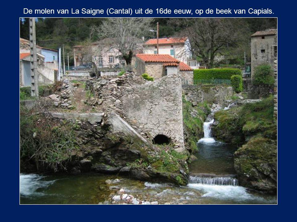 De molen van La Saigne (Cantal) uit de 16de eeuw, op de beek van Capials.