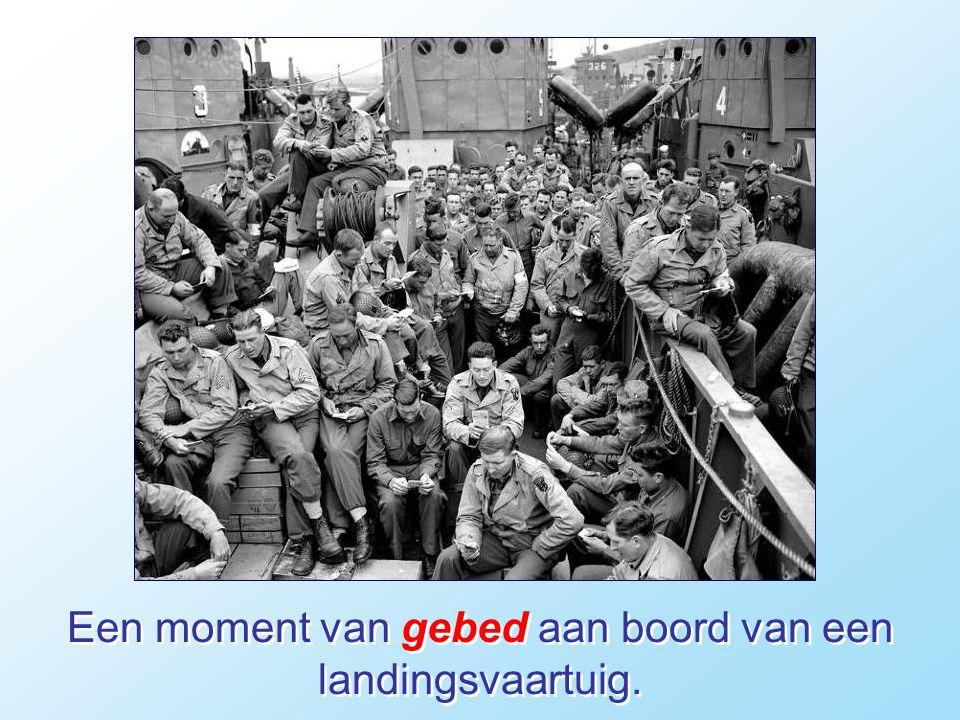 Een moment van gebed aan boord van een landingsvaartuig.