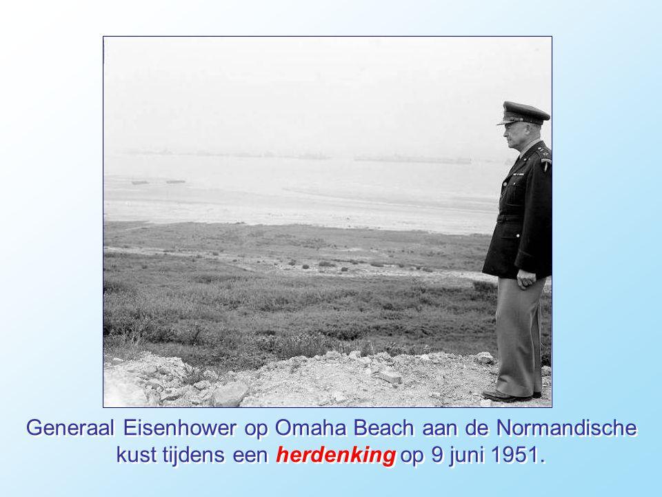 Generaal Eisenhower op Omaha Beach aan de Normandische kust tijdens een herdenking op 9 juni 1951.