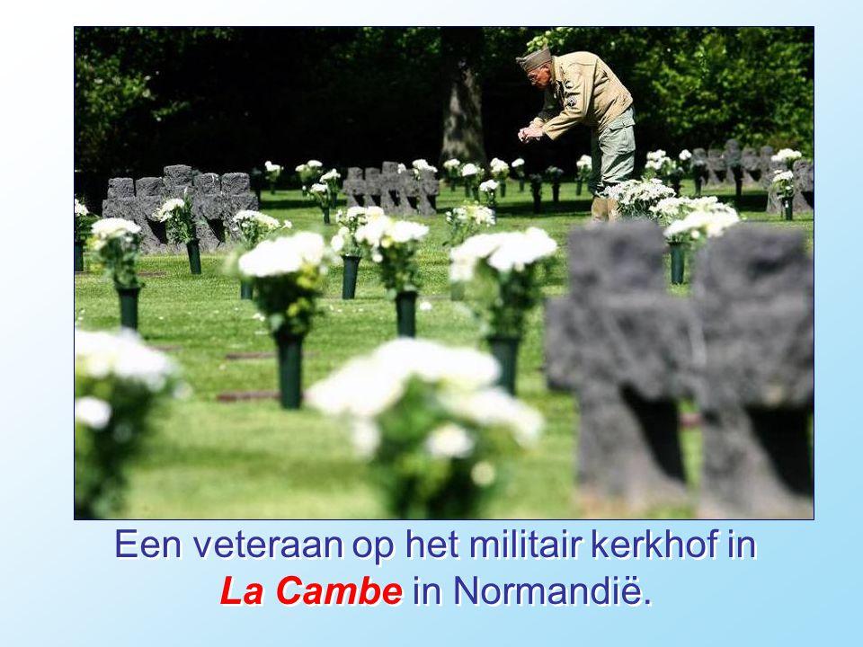 Een veteraan op het militair kerkhof in La Cambe in Normandië.
