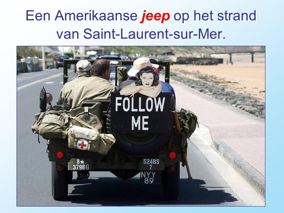 Een Amerikaanse jeep op het strand van Saint-Laurent-sur-Mer.