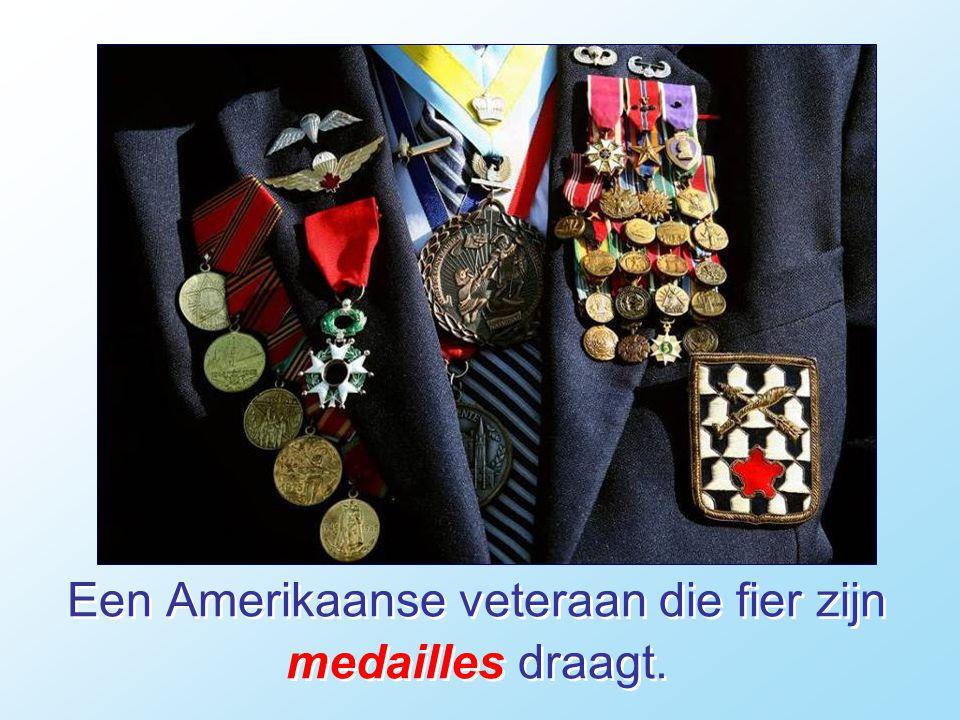 Een Amerikaanse veteraan die fier zijn medailles draagt.