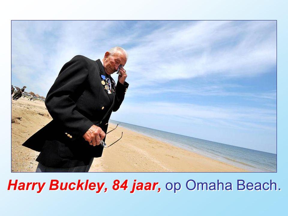 Harry Buckley, 84 jaar, op Omaha Beach.