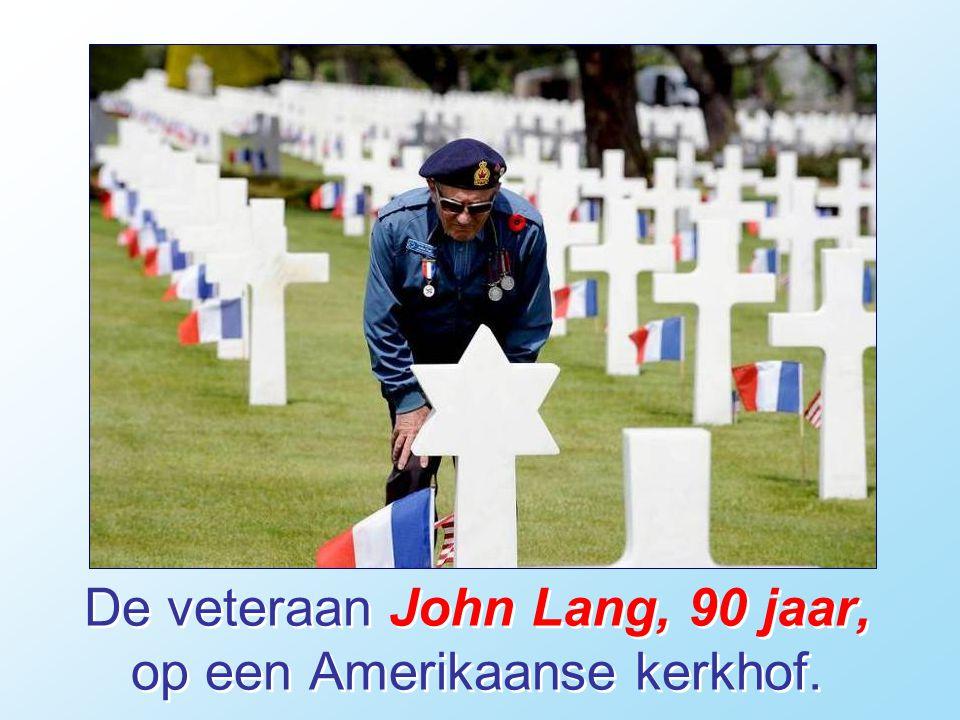 De veteraan John Lang, 90 jaar, op een Amerikaanse kerkhof.