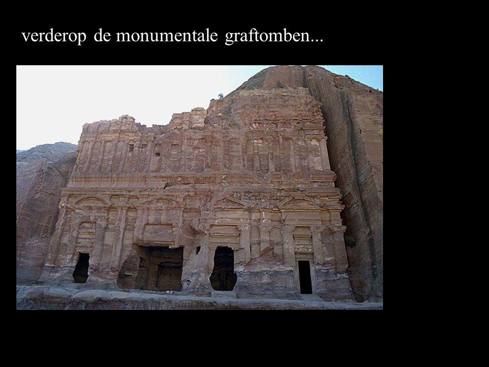 verderop de monumentale graftomben...
