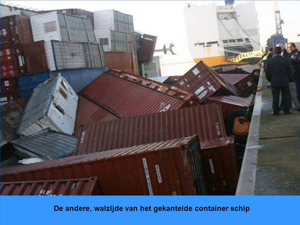 De andere, walzijde van het gekantelde container schip