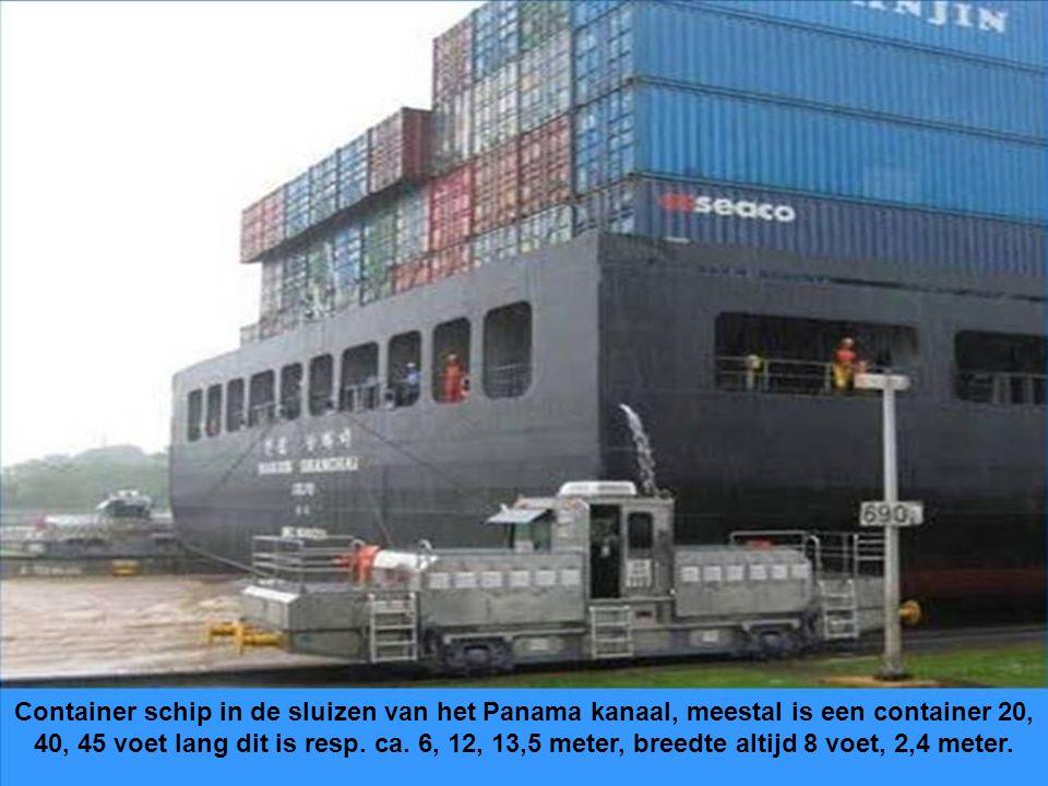 Container schip in de sluizen van het Panama kanaal, meestal is een container 20, 40, 45 voet lang dit is resp.